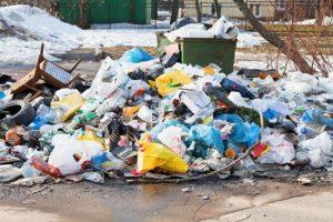 мусор во дворе не вывозят