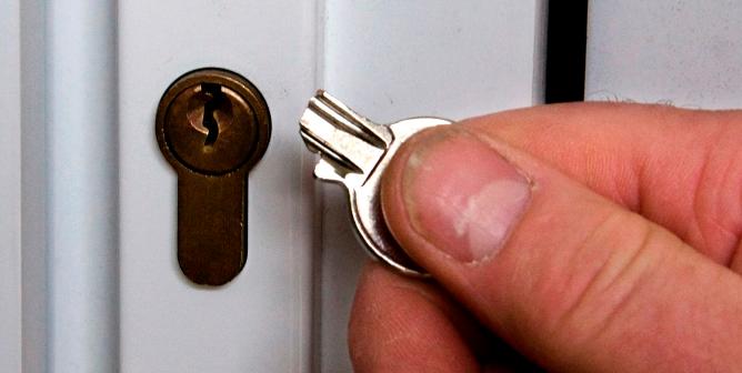 ключ в замке застрял